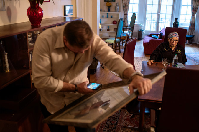 Mr. Berman evaluates an artwork during his visit to Dr. Harrison-Ross. Credit Emon Hassan for The New York Times